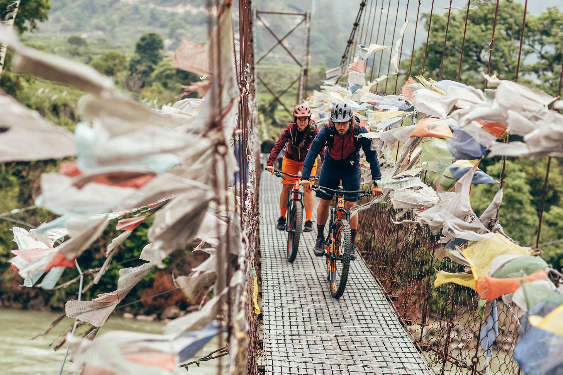 Reise Fotograf Travel Maloja Landschaft Mountainbike Gebetsfahne Bhutan Himalaya