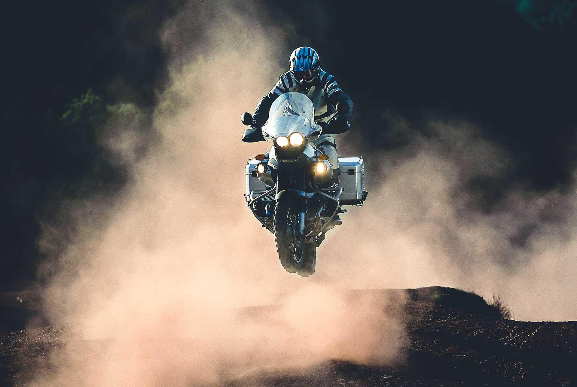 BMW GS Abenteuer Fotograf Sprung Aktion Motorrad Reise Enduro Hamburg