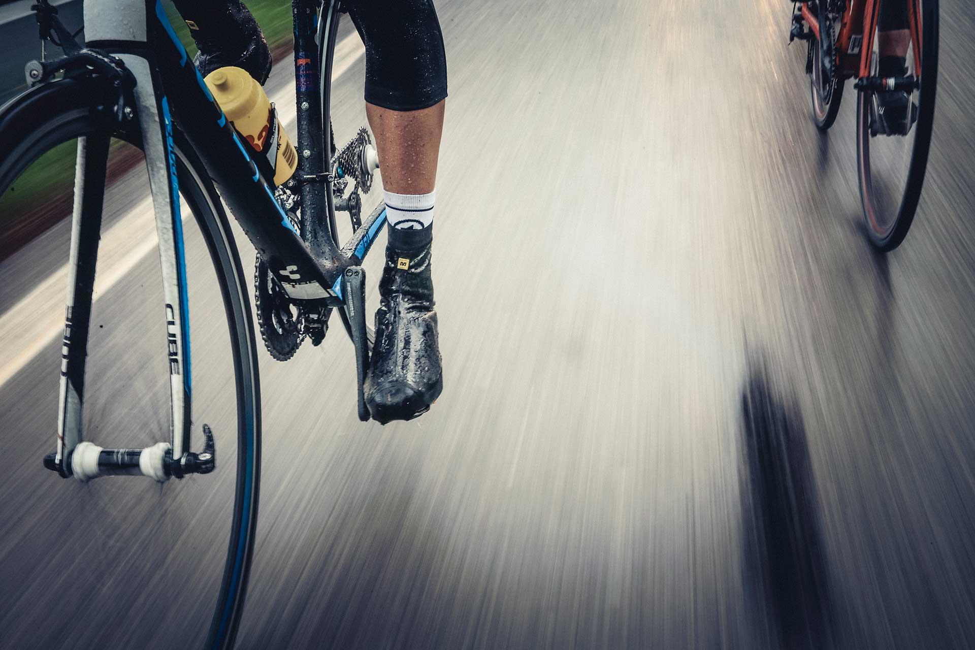 Detail Fahrrad Reifen Regen Straße Fotograf Michael Müller Produktion München
